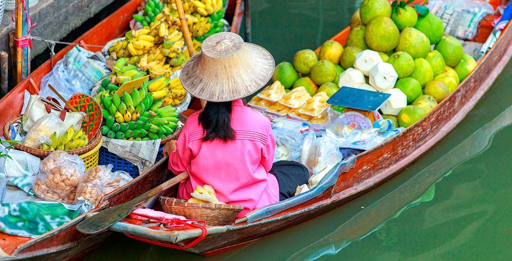 Aprovecha para visitar el mercado flotante de Damnoen Saduak
