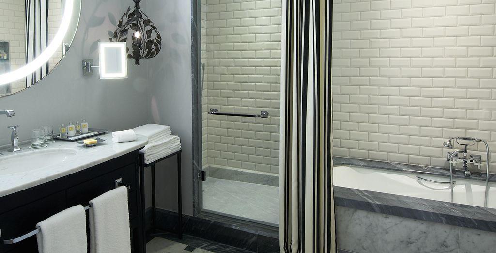 Con cuarto de baño elegantemente decorado