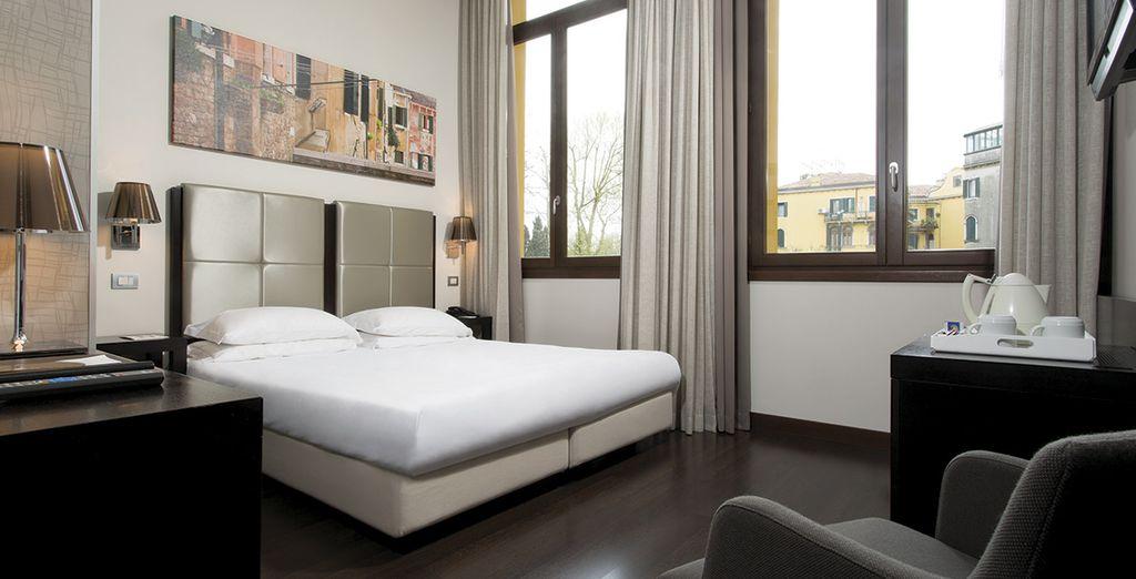 Descansa en una amplia y confortable habitación Deluxe