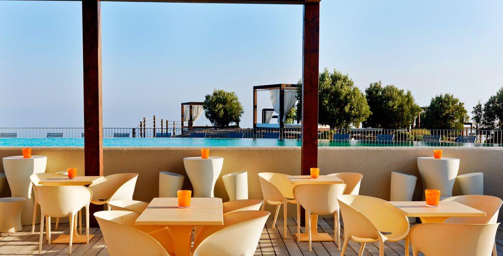 Toma una copa en la terraza mientras observas el bello horizonte