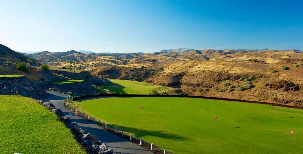 Practica golf en el inmenso campo de green