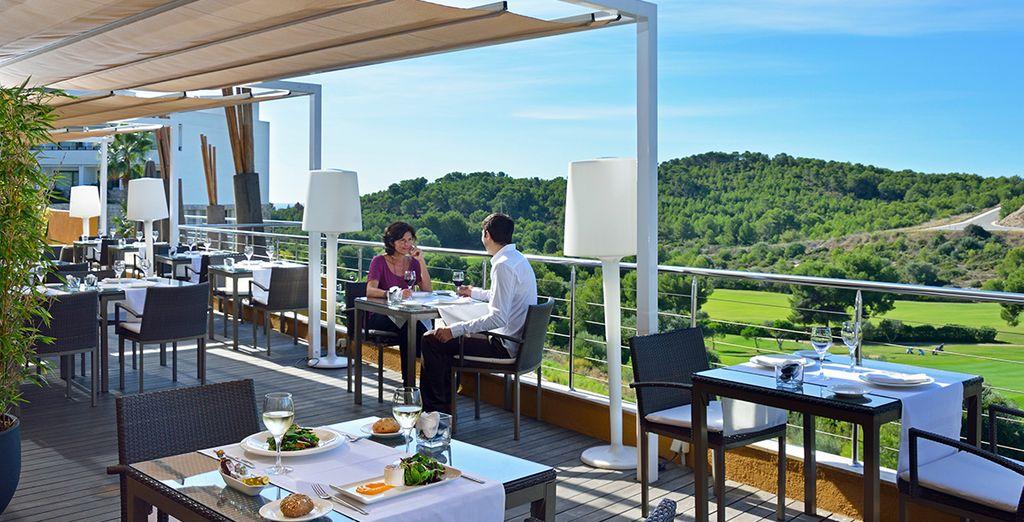 Disfruta de una rica gastronomía en la terraza...