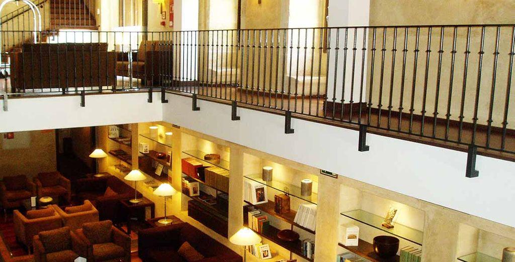 Relájate en la biblioteca del hotel