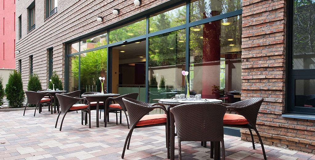 Toma un aperitivo en la terraza mientras mantienes una agradable charla con los tuyos