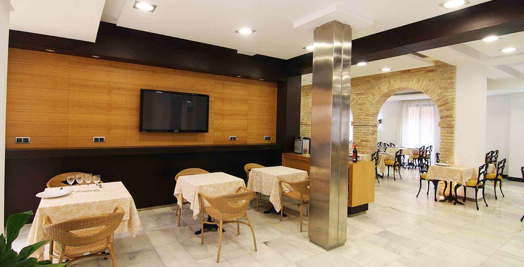 Su restaurante La Calesera ofrece un ambiente acogedor, servicio discreto y al detalle