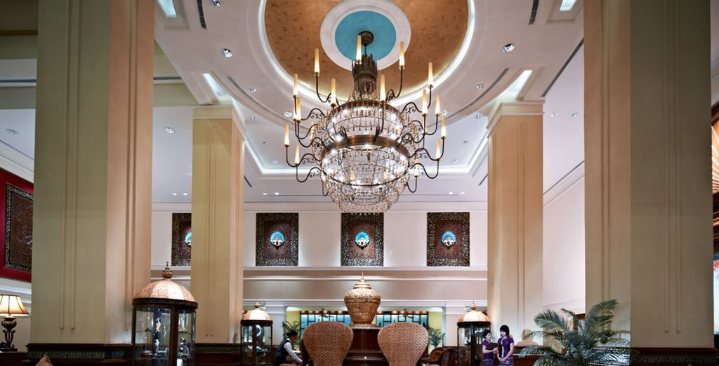 Una música elegante de piano llena el aire cuando se entra en el vestíbulo de Sule Shangri-La