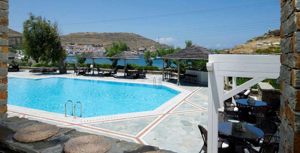 Refrésquese en la piscina turquesa del hotel