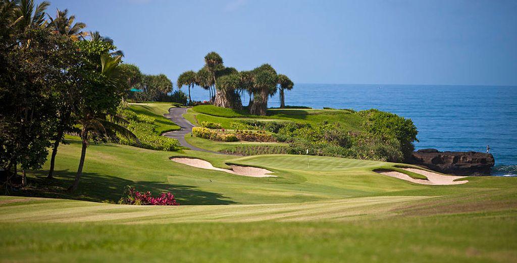 Juegue un rato a golf, con el mar como telón de fondo