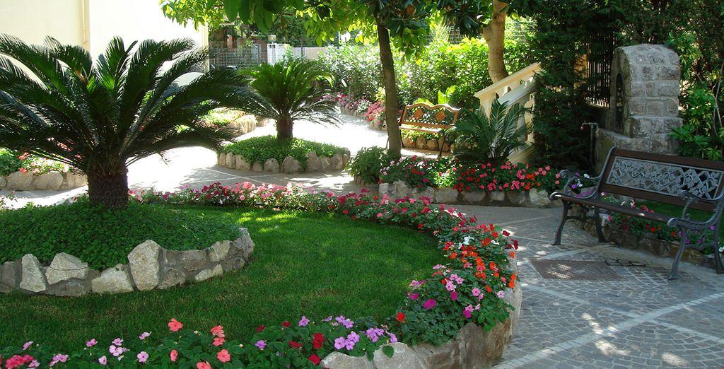 El Hotel Sant'Agata está rodeado por un exuberante jardín