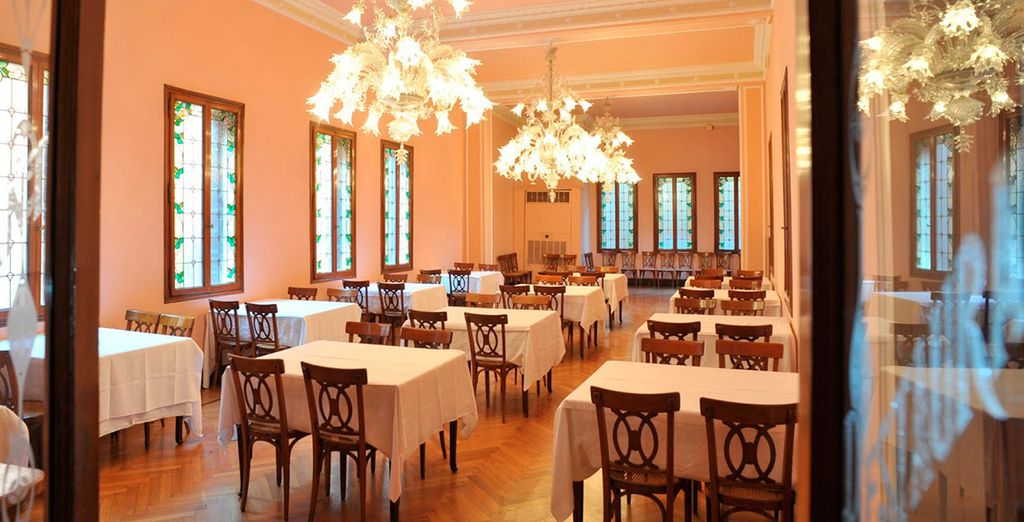 Interiores con muebles antiguos y exquisitas lámparas de cristal de Murano