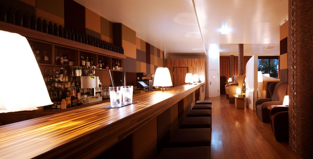 Toma una copa en el bar, de estilo clásico con toques minimalistas