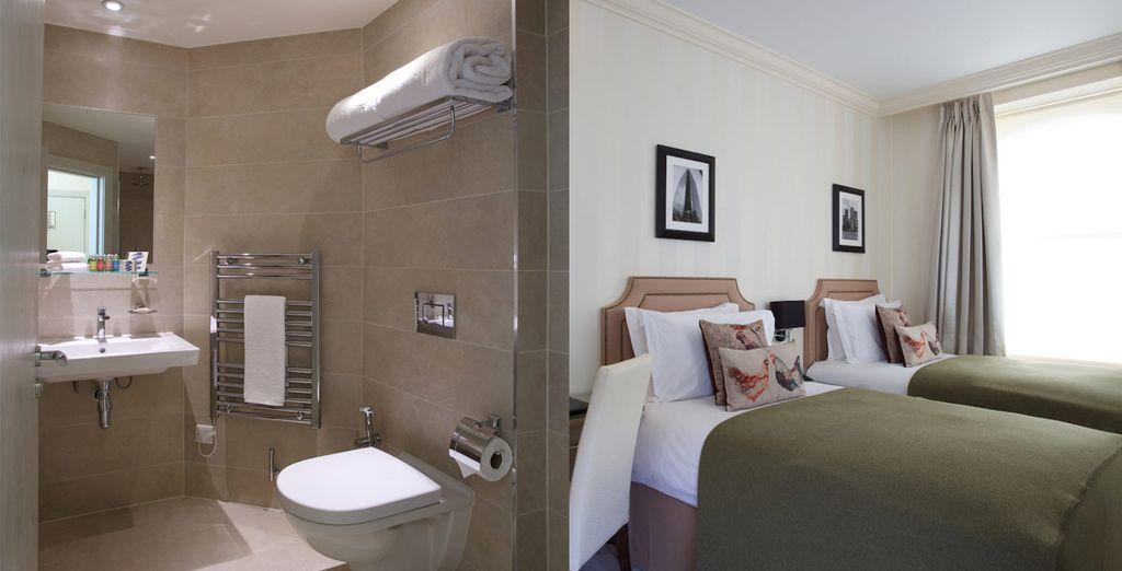 Baño privado con ducha y artículos de aseo gratuitos de L'Occitane