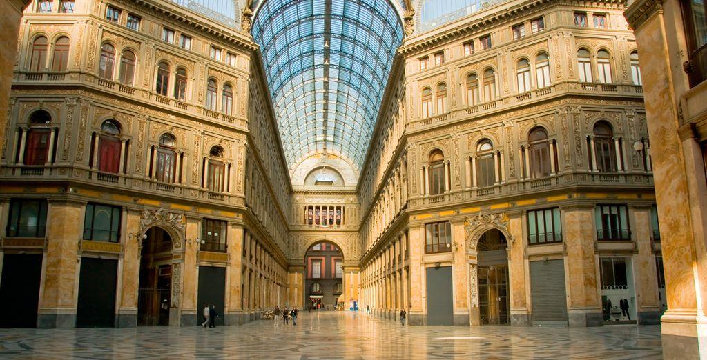 Visite la galería comercial, conocida como Galleria Umberto
