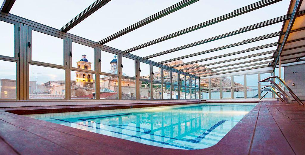 Regálate un relajante baño en su piscina climatizada