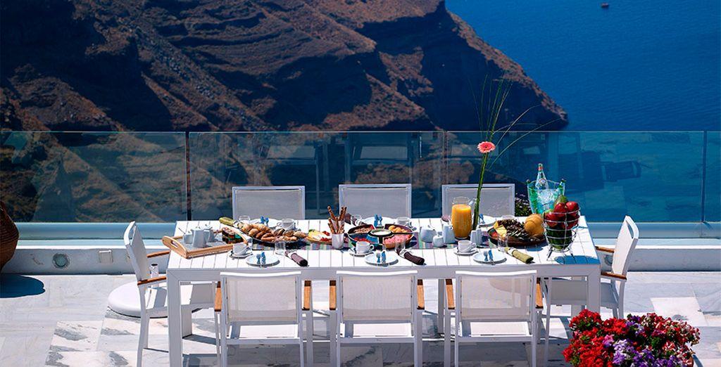 Podrá degustar la increíble gastronomía griega contemplando vistas fascinantes