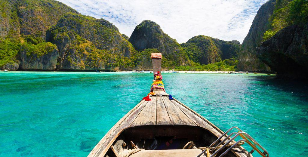 Los barcos de madera tradicionales en una bahía tropical Maya imagen perfecta en Koh Phi Phi