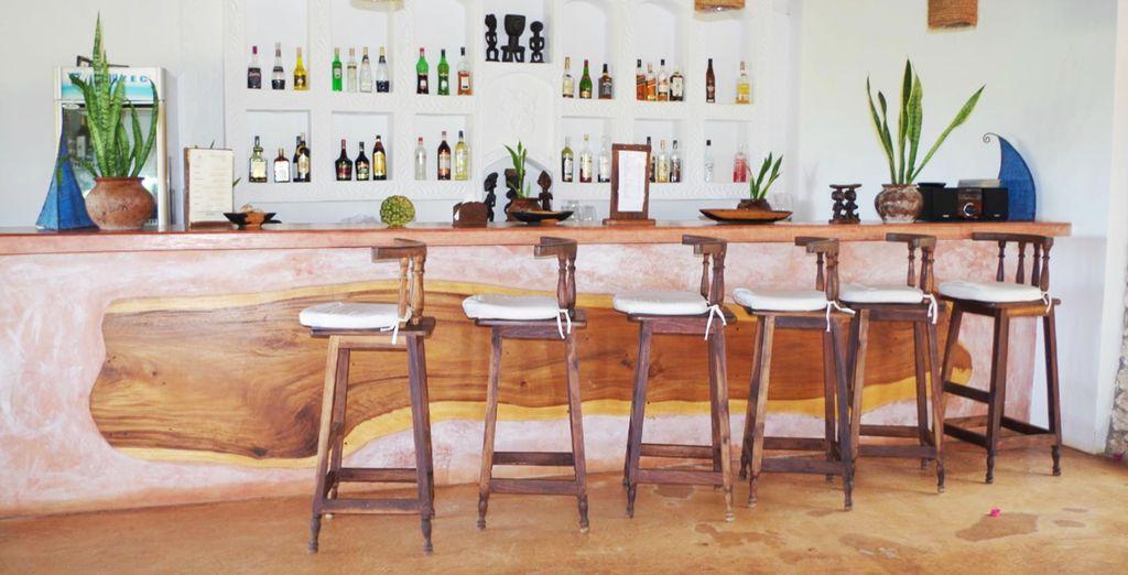 Toma una copa en el bar...