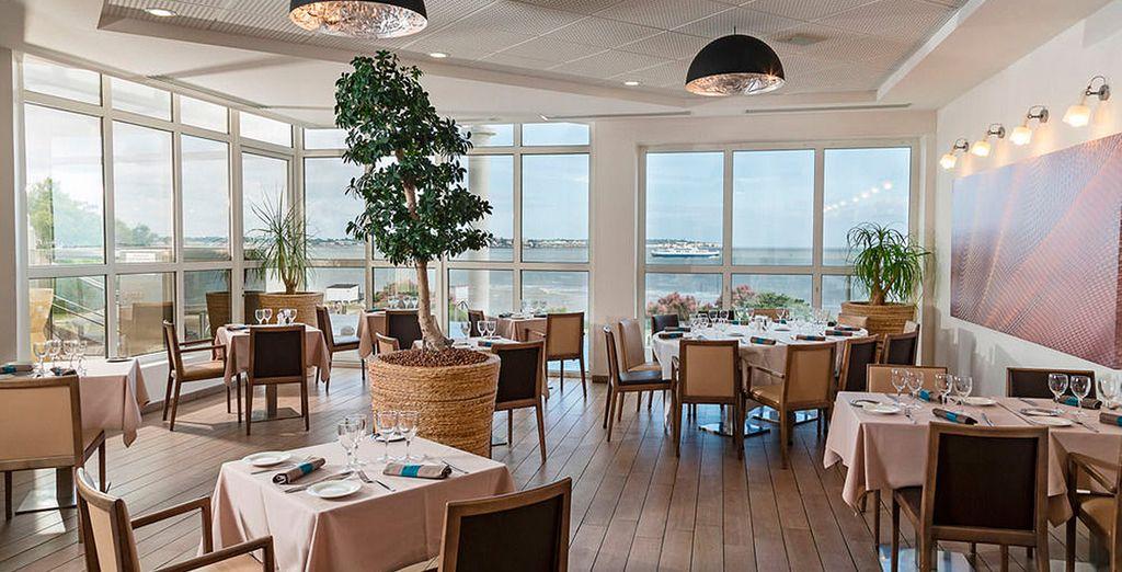 Almuerza en un entorno extraordinario, con el océano Atlántico de fondo