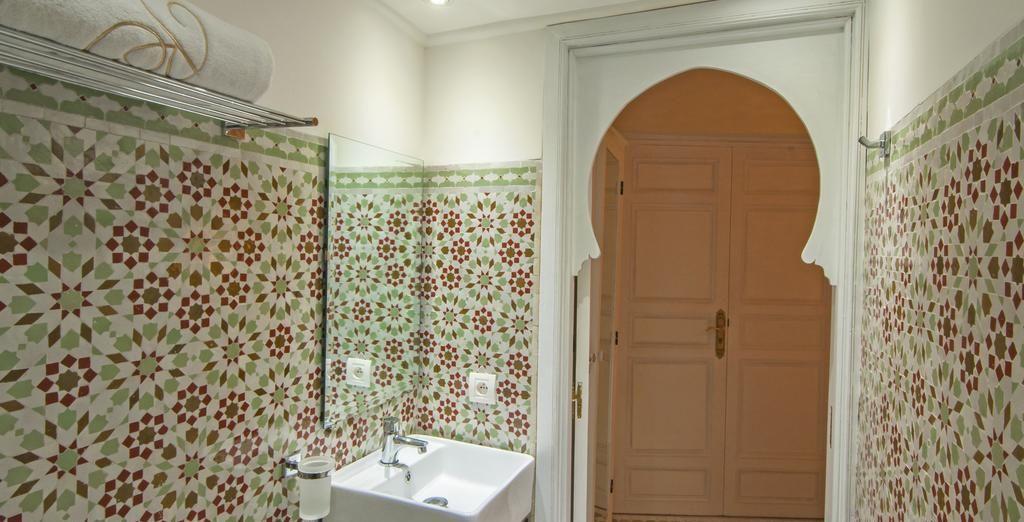 Su baño también está decorado en el estilo tradicional