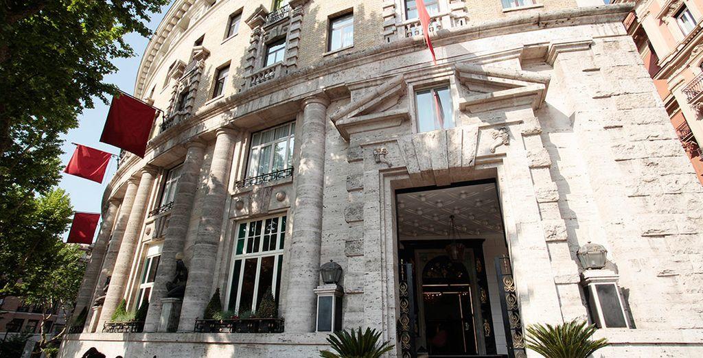 El edificio, diseñado por Marcello Piacentini, fue restaurado elegantemente por Italo Rota