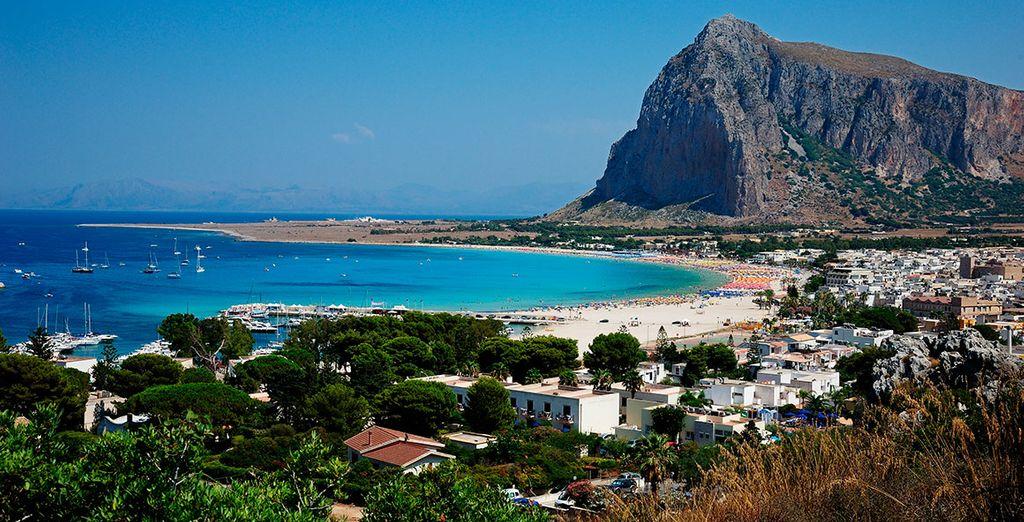Entre la exuberante vegetación llena de esencia y las flores del Mediterráneo...