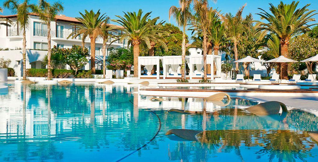 Refrésquese en la playa o en las piscinas del hotel