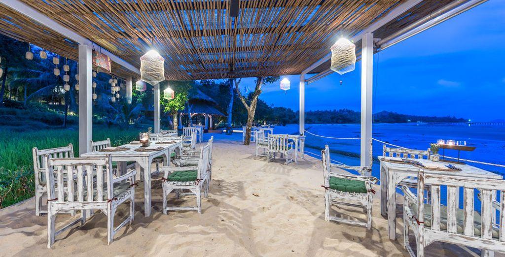 El restaurante tiene comedor al aire libre y sirve platos locales e internacionales
