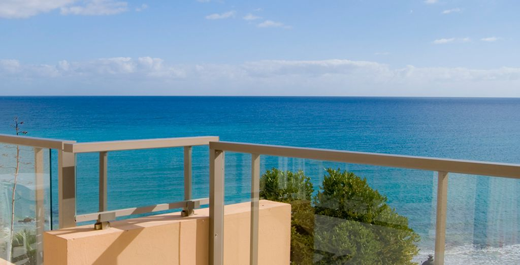 Contemple el océano Atlántico desde el balcón de su habitación