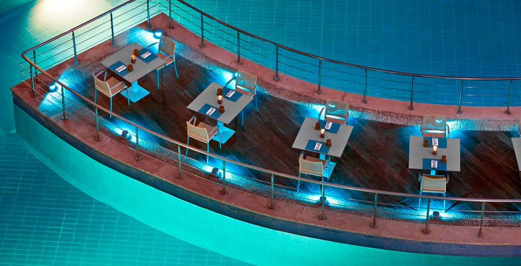 Con una piscina de elegante diseño