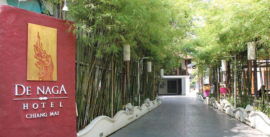 Presenta diseños tradicionales lanna e interiores de madera de teca