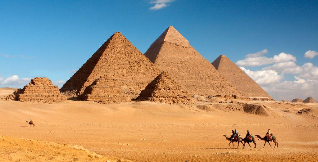 Y maravíllate con las majestuosas pirámides