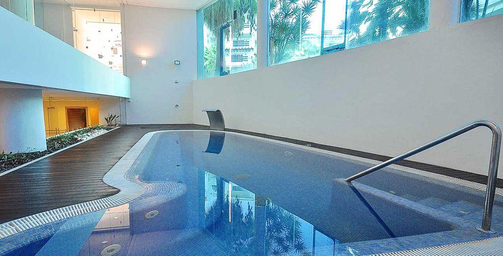 El Spa cuenta con piscina climatizada, baño turco, ducha de chorros, sauna...