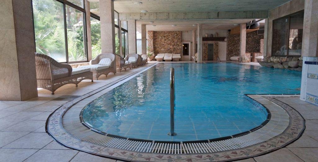 Disfruta también de la piscina cubierta