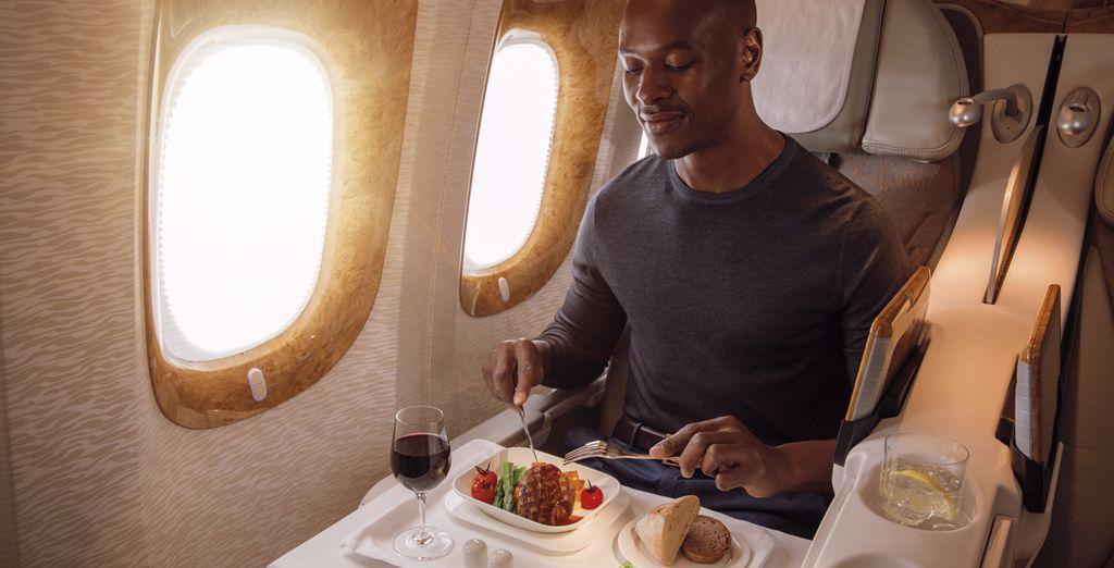 Emirates ofrece sabrosos menús regionales, servidos en porcelana Royal Doulton y con la exclusiva cubertería Robert Welch