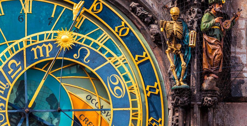 Impresionante reloj astronómico, símbolo de la ciudad, considerado el más antiguo del mundo