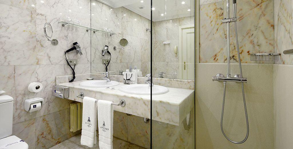 et à la salle de bain en marbre bien équipée.