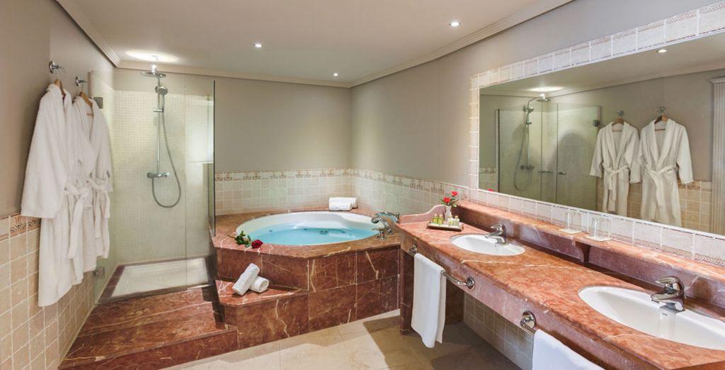 Ainsi qu'une salle de bain avec baignoire à jets hydromassants !