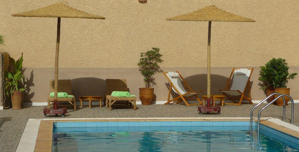 et piquez une tête dans la piscine du Riad