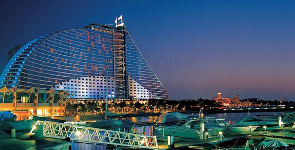 Vue sur l'hôtel de nuit et sur la marina