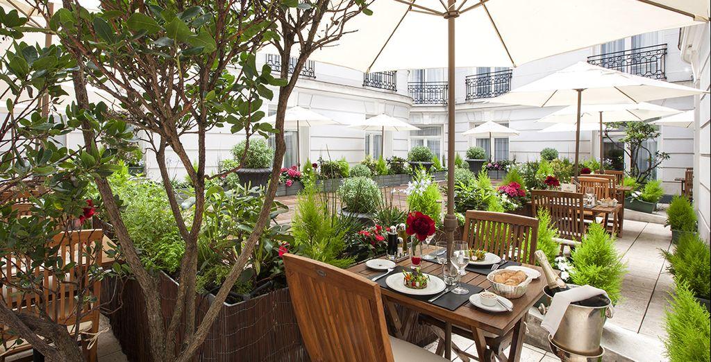Prenez ensuite le temps d'un café sur la terrasse