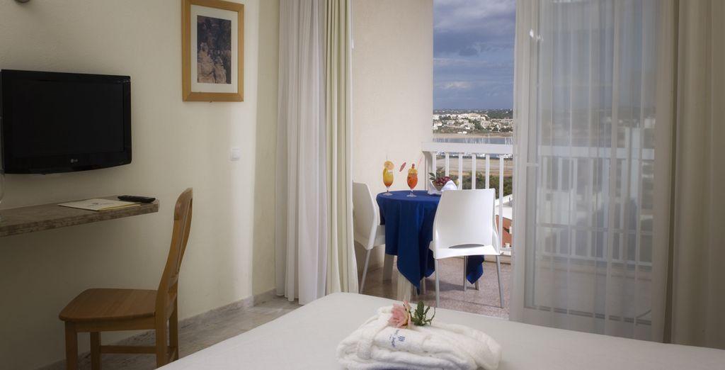 Séjournez dans une belle chambre avec vue latérale sur la mer...