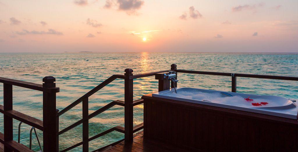 Et à son bain à remous avec vue imprenable sur l'océan
