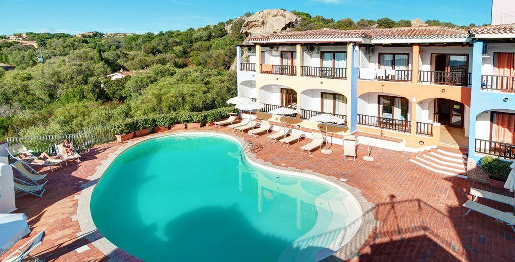 Et profiter ensuite de l'agréable piscine extérieure, calme et apaisante