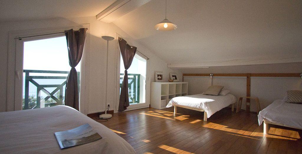 La deuxième chambre avec 1 lit double et 2 lits simples