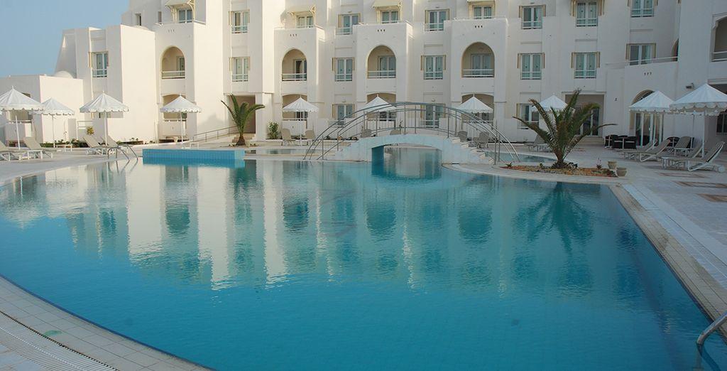 Pourquoi ne pas ensuite profiter de la somptueuse piscine de l'hôtel ?