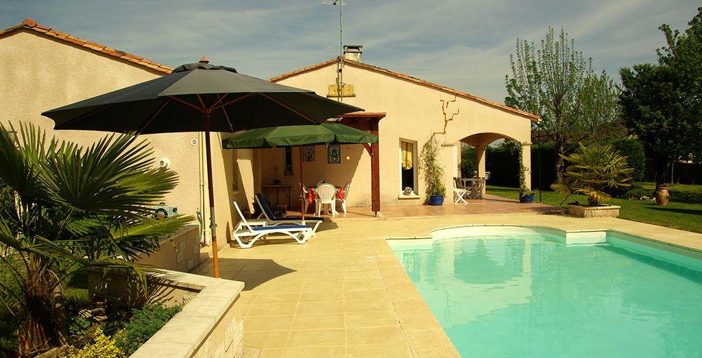 Une terrasse couverte avec vue sur la piscine