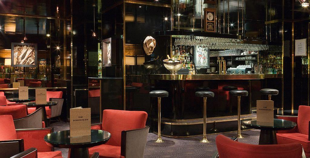 Et par un verre en soirée au Bar Golden Black