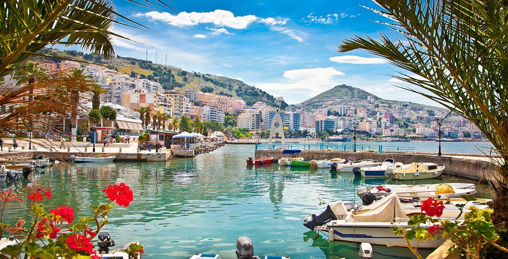 Photographie de la ville de Tirana en Albanie, et son port coloré