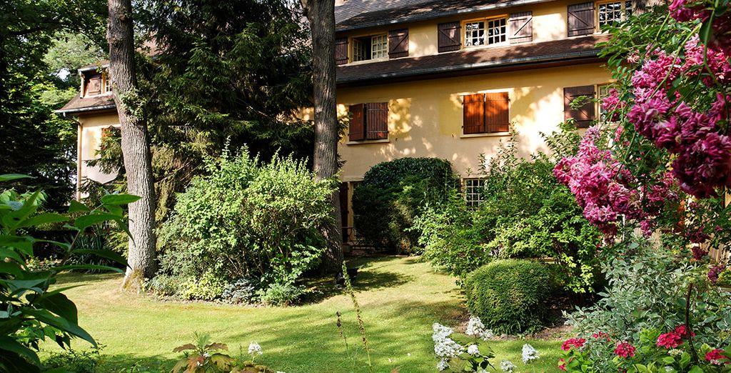 Niché au cœur de la forêt de Saint-Germain-en-Laye, l'hôtel Cazaudehore La Forestière vous ouvre ses portes