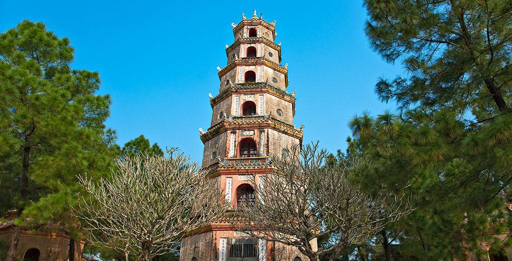 Visitez des monuments incontournables tels la Pagode Thien Mu